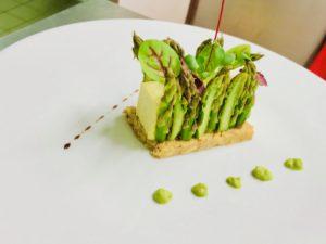 ASPERGE VERTE Cheesecake aromatisé aux asperges vertes sur un Sablé salé et sésames grillés