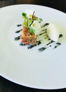 Tartare de thon à Sashimi servi avec Une crème glacée wasabi